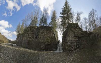До водоспаду, що тече крізь скелю